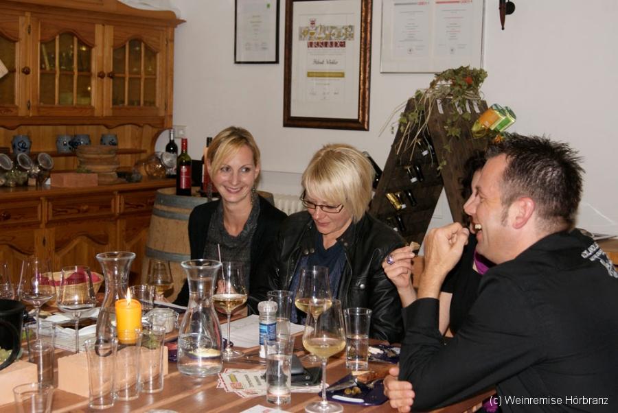 Ralf, Christine und Martina bei der Weindegustation in der Weinremise