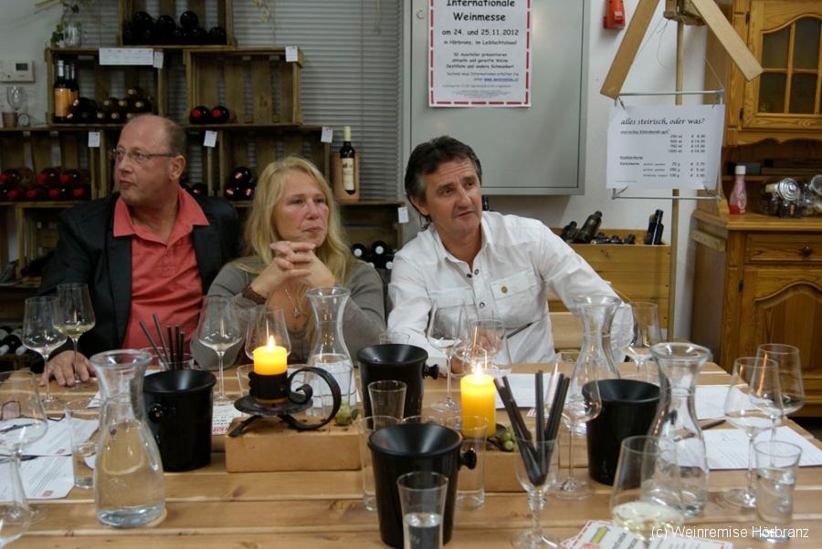Giorgo, Christine und Werner bei der Weindegustation in der Weinremise